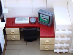 The bed lifts off so you can see the desk with computer, which doubles as a tv, below. Lego Office, Bed Lifts, Lego Bedroom, Lego Design, Cool Lego, Lego Building, Lego City, Legos, Desk
