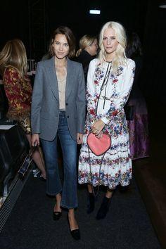 Pin for Later: De Nombreuses Célébrités Se Sont Rendues à Londres Pour la Deuxième Semaine du Mois de la Mode Alexa Chung et Poppy Delevingne Au défilé Erdem.