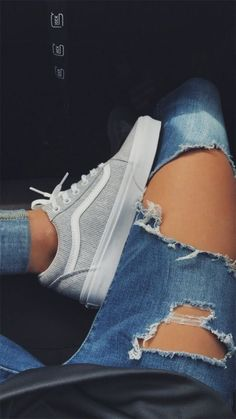 Vans / Vans Cord Turnschuhe / Vans Mädchen / Vans Outfit / Distressed Jeans / Sneaker besessen / Hallo Skool Vans / Old Skool Vans Sneakers Vans, Moda Sneakers, Sneakers Fashion, Fashion Shoes, Vans Shoes Outfit, Vans Outfit Girls, Summer Sneakers, White Vans Outfit, Vans Old Skool Outfit