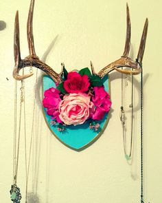 Deer antlers with flowers for necklaces. Deer Skulls, Cow Skull, Skull Art, Deer Decor, Skull Decor, Decorating With Deer Antlers, Deer Horns Decor, Antler Crafts, Antler Art