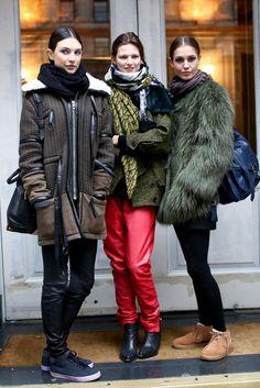 Trío de ases: Custodiadas por la top Bette Franke, el pelo, los tonos tierra y el foulard juegan un papel fundamental para transmitir el estilazo con el que posan las modelos.