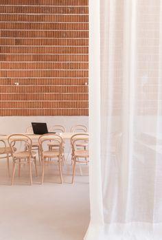 Home Decor Inspiration .Home Decor Inspiration Brick Interior, Office Interior Design, Interior Walls, Interior And Exterior, Office Designs, Restaurant Madrid, Restaurant Design, Brick Architecture, Interior Architecture