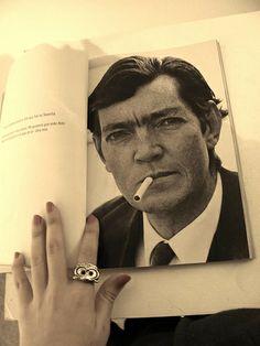 """""""Quiero que sea mi foto oficial. Me gustaría que esta foto algún día estuviera en la tapa de un libro mío"""".  Julio Cortázar por Sara Facio"""