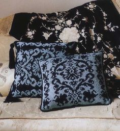 Erika Knight Cushion pattern  http://www.canadianliving.com/crafts/knitting/knit_a_stylish_jacquard_cushion.php