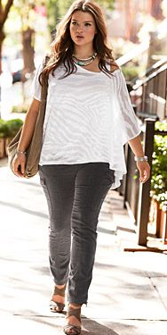 Ropa mujer tallas grandes bloggertink says: This close-fitting pants/ flowy top combination works well.  The simple color palate keeps it easy and casual. Love the subtle animal print.