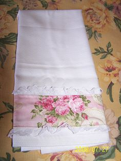 Shabby Chic Tea Towel Shabby Chic Towels, Shabby Chic Crafts, Shabby Chic Kitchen, Vintage Shabby Chic, Fabric Crafts, Sewing Crafts, Sewing Projects, Towel Crafts, Decorative Towels