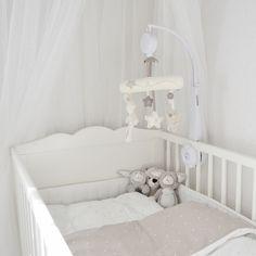 pinnasänky,vauvan huone,vauvansänky,mobile