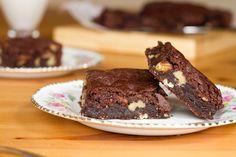 Ésta versión de brownies es bastante más saludable, empleamos azúcares naturales de la fruta, harina de arroz que no contiene gluten, cacao sin azúcar... y nada de huevos. Son ultra fáciles de hacer y riquísimos.