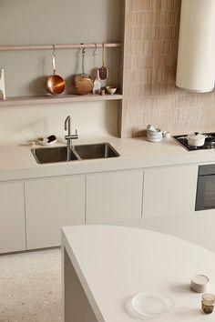 〚 Modern kitchen as art: design by Australian studio Kennedy Nolan 〛 ◾ Photos ◾ Ideas ◾ Design Beige Kitchen, Kitchen Dining, Kennedy Nolan, Classic Kitchen, Minimalist Kitchen, Nordic Interior Design, Kitchen Interior, Home And Living, Home Kitchens