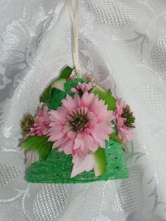 Campana verde di filo di lana con fiori rosa