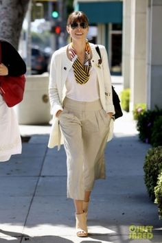 Jessica Biel wearing Fendi 2jours Elite Leather Shopper and Oscar de la Renta Spring 2010 Rtw Linen Cropped Pants.