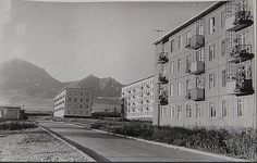Пятигорск Западная окраина Белой Ромашки, пустынная заасфальтированная улица Московская, на фоне Бештау видны новые блочные четырехэтажные дома №60 и №68, и пятиэтажка №66. Солнечная сторона.Фотография около 1970 года.