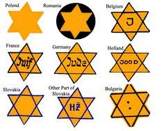 """29 de mayo 1942 - Ejemplos de estrellas judías. Joseph Goebbels había participado en la persecución, y en última instancia, el exterminio, de los judíos. Una prioridad personal desde los primeros días de la guerra, a menudo escribía en su diario cosas como: """"No son personas, sino bestias"""", """"los judíos .. . ahora están siendo evacuados hacia el este, """"el procedimiento es bastante bárbaro y no debe ser descrito aquí más definitivamente"""", """"no quedará mucho de los Judios""""."""