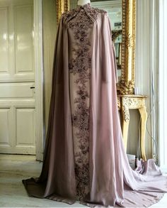 Abaya Style 40532465375132235 - Source by Abaya Fashion, Muslim Fashion, Fashion Dresses, Hijab Evening Dress, Evening Dresses, Beautiful Gowns, Beautiful Outfits, Special Dresses, Formal Dresses