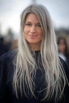 Sarah Harris: editor British Vogue. Uber stylish en een trendy lady. Je ziet Sarah vaak met nonchalant haar in een knot of los. De structuur van het haar ziet er natuurlijk uit, waardoor het er jong uit blijft zien. Met een aantal highlights en lowlights in het haar geeft het de grijze tint net even iets extra's waardoor de kleur er speels uitziet.