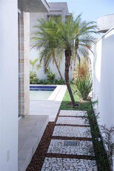 33 Best Garden Path and Walkway Ideas Design Ideas - Backyard Decoration Side Garden, Garden Paths, Amazing Gardens, Beautiful Gardens, Landscape Design, Garden Design, Back Gardens, Backyard Landscaping, Landscaping Ideas