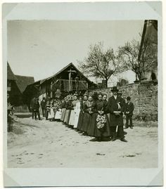 """""""Hochzeitszug vor der alten Kirche in Hattenbach, vor 1914"""", in: Historische Bilddokumente <http://www.lagis-hessen.de/de/subjects/idrec/sn/bd/id/143-070> (Stand: 8.3.2011) #Hersfeld"""