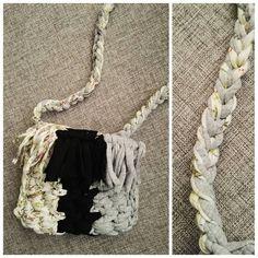 Mini torebka z frendzlami i wiosennym akcentem ✌😉 #crochet #crochetbag #hippiestyle #kottoon #tshirtyarn #bag #torebka #fredzle #bohostyle #hippie #szydełkowanie #szydełko #byhand #rekodzieło #crochetfashion #yarnporn #yarn #hipisowelove #szydelkowatorba #crocheting #lovehandmade #karolahandmade #i_love_rekodzielo #handmadeinpoland #handmade