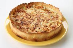 A torta de cebola é um prato fácil de fazer e fica muito bem para um jantar