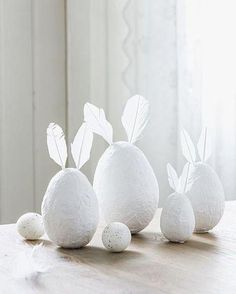 is a fresh start and everything is blooming outside in gorgeous colors, it does not mean that your Easter decorations must be colorful and cheesy. Hoppy Easter, Easter Bunny, Easter Eggs, Easter Table, Easter Party, Spring Decoration, Diy Ostern, Ideias Diy, Easter Colors