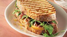 Sandwich grillé au cheddar fort et aux poires   Recettes IGA   Lunch, Grilled cheese, Recette rapide