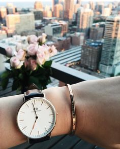 The Daniel Wellington watch with its interchangeable straps speaks for a classic and timeless design suitable for every occasion. Cute Watches, Elegant Watches, Women's Watches, Daniel Wellington Watch, Piercing, Minimal Classic, Fashion Watches, Bracelet Watch, Rings