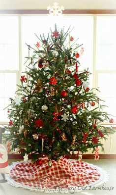 """The Cozy Old """"Farmhouse"""": Red and White Nordic Christmas Tree"""