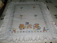Manta bebê bordada em ponto cruz - Atelie Biba Baby Enxovais Baby Embroidery, Machine Embroidery, Cross Stitch Baby, Cross Stitch Patterns, Baby Crafts, Diy And Crafts, Baby Patterns, Quilt Patterns, Baby Design