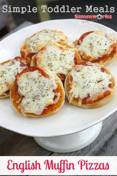 English Muffin Pizzas – Ingredients: English muffins Pizza sauce -or- Marinara sauce (pesto is also tasty!) Pepperonis Spinach, chopped or ripped Mozzarella cheese, shredded Italian seasoning Preheat your toaster oven to 425 Pizza Muffins, Baby Food Recipes, Snack Recipes, Cooking Recipes, Toddler Recipes, Kid Recipes, Detox Recipes, Easy Cooking, Healthy Cooking