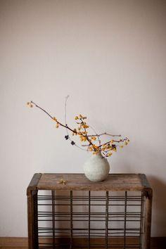 古い牛乳配達用と思われるボックス。花を飾って、床の間のようなコーナーに。