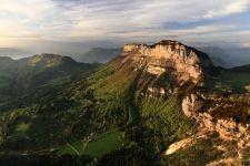 #randonnee #granier #chartreuse  Itinéraire pour monter au sommet du Mont Granier au départ de La Plagne (Entremont le Vieux) : 3h30 à 4 / 840 m de dénivelée. Le Mont Granier est un monument impressionnant dont l'immense falaise nord domine la cluze de Chambéry du haut de ses 900 m. Après une longue absence, le Bouquetin des Alpes a été réintroduit en Chartreuse depuis 2010 et est particulièrement bien implanté au Nord de la Réserve Naturelle des Hauts de Chartreuse et donc vers le Mont…