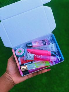 This has a mixture of 10 (Ten) lipglosses, lip treatments, lip balm and lip scrubs 😍. These are random! The lipglosses you get may or may not be in this photo. use order note section to state your must haves or what you don't want Lip Gloss Homemade, Diy Lip Gloss, Lip Gloss Set, Gloss Labial, Glossy Lips, Lip Care, The Balm, Lip Scrubs, Salt Scrubs