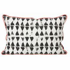 Worn Triangle on tyylikäs, graafinen tyyny Ferm Livingiltä. Sopii täydellisesti makuuhuoneeseen tai olohuoneeseen tyylikkääksi ja trendikkääksi sisustusyksityiskohdaksi!