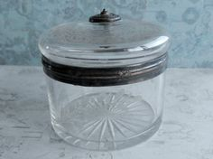 Petite boite ancienne en verre, décor gravé fleurs, feuillage, cerclage laiton