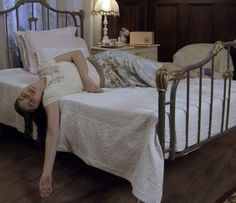Gerusa é encontrada desmaiada na cama (Foto: TV Globo)
