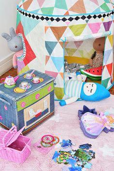 Ser seu cantinho favorito no Mundo!  As donas deste quartinho tiveram espaço para a cabana @mimootoysndolls e seus brinquedos favoritos da mesma loja. A @Mooui deu o toque final ao ambiente com sua colorida roupa de cama. Projeto: @uebaadesign Foto: Sidney Doll  Produção: Fernanda Emmerick  Realização: @mixconteudo para #mimootoysndolls  #quartoinfantil #quartodecriança #decoração moderninha #decoraçãoinfantil #brinquedoteca #Djecotoys #lorenacanalsrugs #candycolors