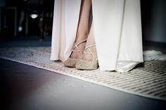 Zapatos de novia glitter en dorado : A-Tipica Wedding #zapatosdenovia #bridalshoes #tendenciasdebodas