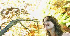 10 factores que contribuyen a una actitud saludable hacia la vida. Puedes alcanzar una actitud positiva hacia la vida adoptando un estilo de vida que incorpore el equilibrio, la salud, el bienestar, la consciencia y la conexión. Cada día puede presentarte nuevos desafíos que pueden llevarte hacia la negatividad, pero tienes la opción de crear tu propio punto de vista personal, y puedes ayudar a volverte positivo ...