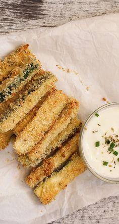 """Schneiden Sie Zucchini in dünne Stifte, hüllen sie Sie in ein verquirltes Ei und panieren sie die ''Pommes"""" in einer Mischung aus gemahlenen Mandeln und Parmesan. Danach müssen die Zucchini-Sticks nur noch im Backofen gebacken oder wie klassisch frittiert werden."""