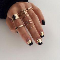 unghie nere opache e oro anelli sulle dita Stylish Nails, Trendy Nails, Cute Nails, Mens Nails, Modern Nails, Metallic Nails, Neutral Nails, Dry Nails, Pretty Nail Art