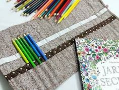 Resultado de imagem para porta lapis de cor estojo tecido Colored Pencil Holder, Colored Pencils, Inspiration Boards, Sewing Projects, Sewing Ideas, Hand Sewing, Learning, Tableware, Pattern