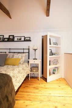 une chambre avec une porte secrète derrière une bibliothèque /hidden door bookshelve secret room