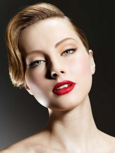 The perfect 1940's inspired look. Subtle yet perfectly sculpting the face!