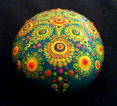 This precious dotted Mandala stone comes from the shores of the Ligurian Sea: I chose it durin an afternoon walk on the beach and then I painted it with love.  I used acrylic paints (some of them are fluorescent in the dark with an UV lamp) and varnish.  Its bright colours spread a #LampSelbstgemacht
