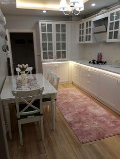 country home Tadilat sonras ok zevkli bir ortam. Kitchen Interior, White Kitchen, Home, Kitchen Models, Kitchen Decor, Kitchen Carpet, Model Homes, Home Interior Design, Renovations