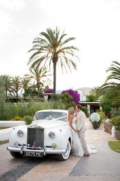 vintage wedding car. image by gypsywestwood.com