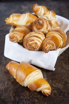 Vajas croissant recept Hungarian Recipes, Croissant, Pretzel Bites, Muffin, Food And Drink, Bread, Cheese, Baking, Cake