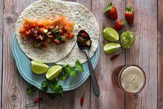 A frescura da fruta, temperada com a acidez da lima e o picante da malagueta, ajuda a equilibrar a gordura natural do peixe