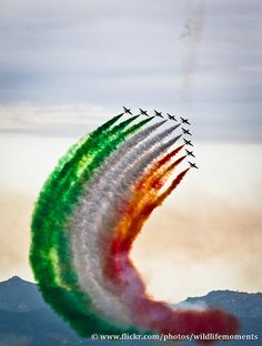 Italian Tricolour Arrows (Aerobatic Team in Cagliari, Sardinia) Indian Flag Wallpaper, Indian Army Wallpapers, Military Jets, Military Aircraft, Independence Day Background, Airplane Photography, Indian Air Force, Flag Photo, Night Photography