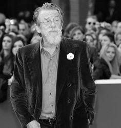 """O mundo do cinema amanheceu de luto pela morte do ator #JohnHurt aos 77 anos. Conhecido pelo papel de Garrick Olivaras da saga """"Harry Potter"""" o britânico faleceu em decorrência de um câncer no pâncreas. Um de seus últimos trabalhos foi no filme """"Jackie"""" que conta a vida da ex-primeira dama americana Jacqueline Kennedy. Em seus 60 anos de carreira John foi indicado ao Oscar duas vezes. #RIP  via MARIE CLAIRE BRASIL MAGAZINE OFFICIAL INSTAGRAM - Celebrity  Fashion  Haute Couture  Advertising…"""